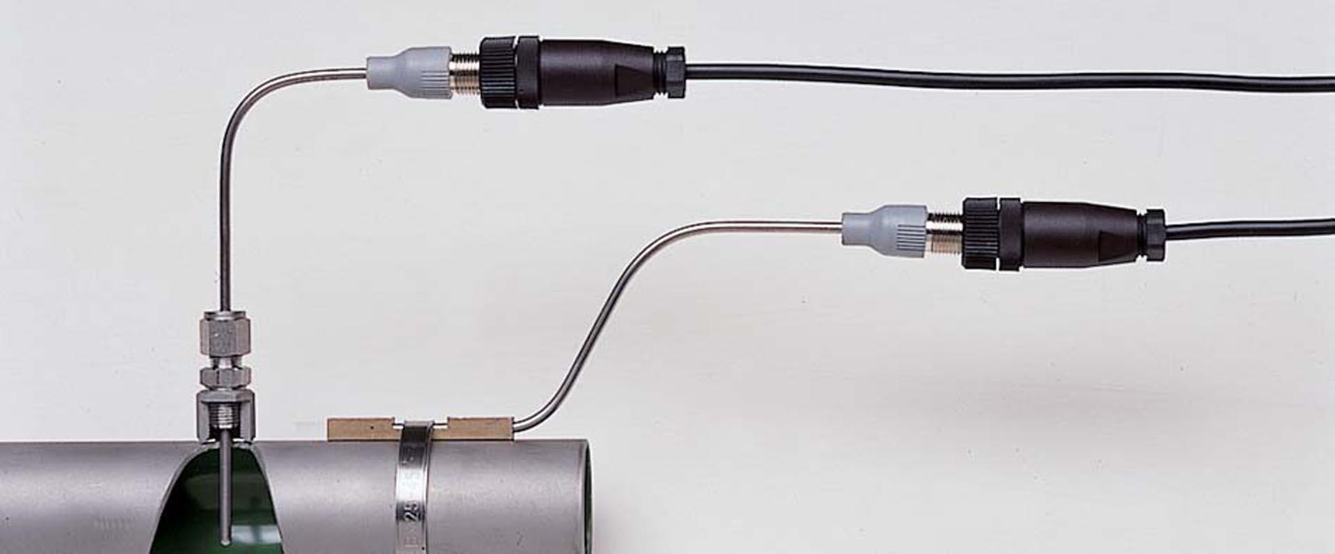 Pt100 Mantelwiderstandsthermometer als Anlegefühler und mit Klemmringverschraubung an einem Rohr befestigt