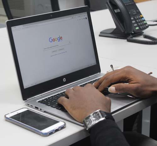 B2B Einkäufer recherchiert online nach Lieferanten