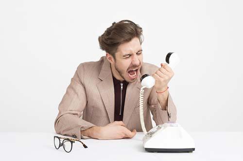 ein frustrierter Vertriebsmitarbeiter bei der Telefonakquise