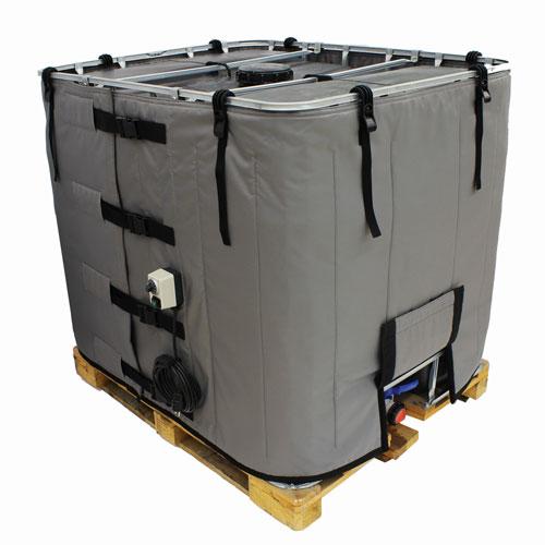 Ein grauer IBC-Heizer der Schutzklasse I ist an einem IBC befestigt.